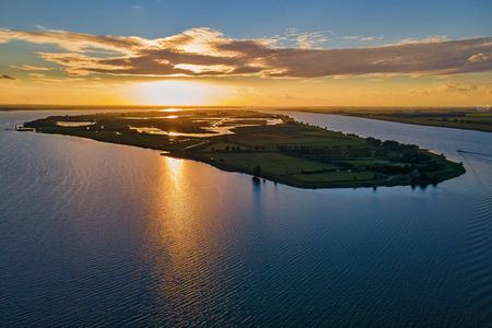 Zonsondergang Tiengemeten - Het begin van de zonsondergang bij het eiland Tiengemeten in de Hoeksche Waard. - foto door Vivo op 29-08-2020 - deze foto bevat: lucht, wolken, zon, natuur, zonsondergang, landschap, tiengemeten, hoeksche waard