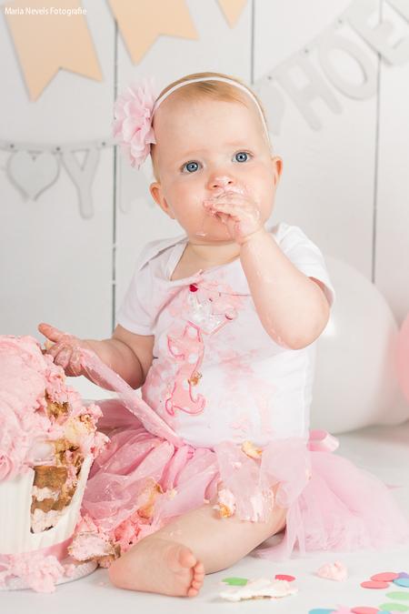Bdaygirl Yara - Cakesmash Yara - foto door marianevels op 14-08-2016 - deze foto bevat: roze, portret, kind, kinderen, baby, meisje, lief, beauty, verjaardag, fotoshoot, 50mm, 1jaar, Cakesmash