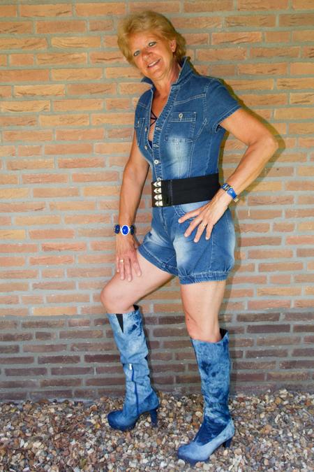 spijkerstof !! - Jumpsuit en laarzen van jeans ! - foto door fotofrans59 op 13-04-2021 - deze foto bevat: vrouw pose shoot, laarzen, jeans, vakantie, bovenkleding, schouder, korte broek, menselijk lichaam, mouw, straatmode, staand, jurk, taille, knie