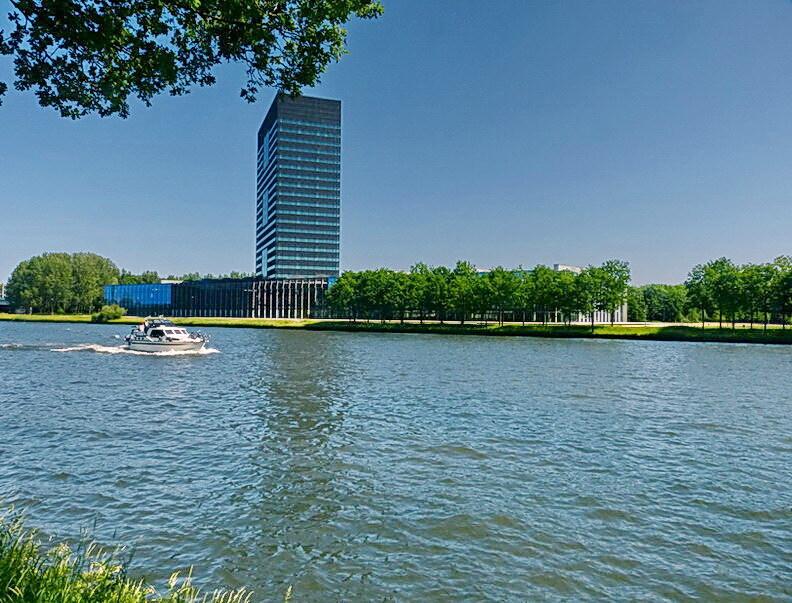 Amsterdam Rijnkanaal en omgeving 333. - een blik over het Amsterdam Rijnkanaal met zicht op het hoofdkantoor van Rijkswaterstaat. Uit een ander standpunt genomen als de vorige foto. 27 mei - foto door oudmaijer op 25-02-2015 - deze foto bevat: water, landschap, gebouw, rivier, utrecht, amsterdam rijnkanaal