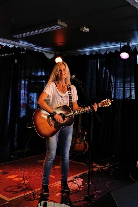 Nilla Nielsen - - - foto door EJvO op 28-07-2017 - deze foto bevat: zingen, rock, zangeres, live, gitarist, concertfotografie, podium