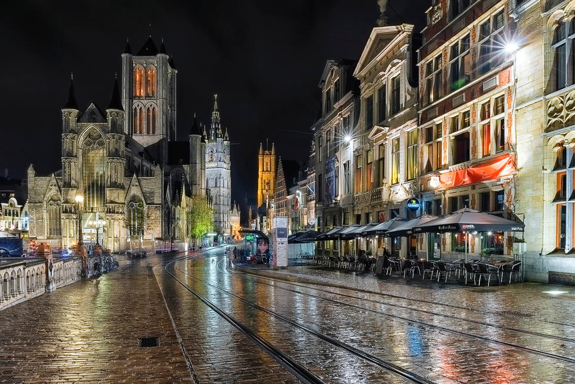 Gent @Night - Tijdens een regenachtige herfstavond deze prachtige stad vast mogen leggen. - foto door daveenrenee op 10-11-2018 - deze foto bevat: oud, lucht, licht, kasteel, avond, lijnen, architectuur, reflectie, landschap, kerk, gebouw, kunst, stad, museum, nacht, perspectief, huis, belgie, gent, hdr, lange sluitertijd