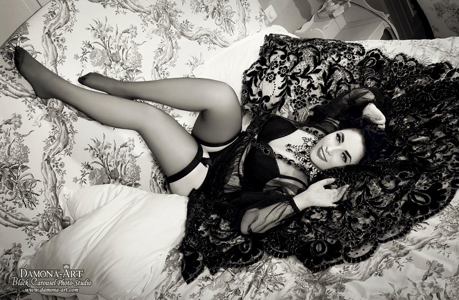 L'Amour Toujours - Wat kan ik hier nog over zeggen?  Geweldige samenwerking, samen weten wat we willen, veel lachen, in onze eigen wereld leven en dit plaatje aflevere - foto door damona-art op 14-01-2013 - deze foto bevat: model, nikon, vintage, hotel, belgie, fotografie, posing, woman, retro, lady, omzetting, pinup, teamwork, glitter, stockings, panties, d300, modeling, zwart wit, Black and white, Damona
