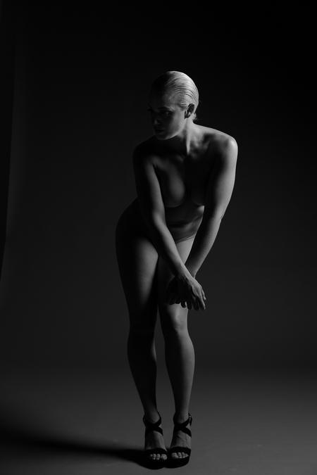 Model: Fiona - Fiona, tijdens een artistieke shoot - foto door Raymond59 op 10-06-2017 - deze foto bevat: vrouw, naakt, pose, studio, fotoshoot, artistiek, lowkey