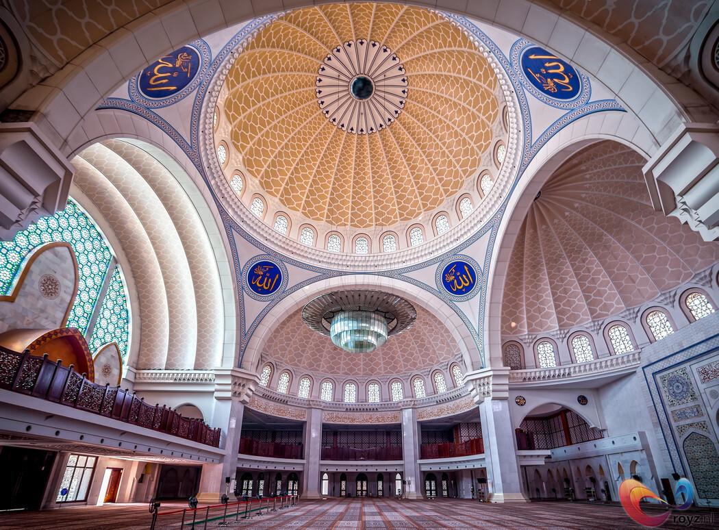 Masjid Wilayah Persekutuan in Malaysia - De prachtige Masjid Wilayah Persekutuan ofwel Federal Territory Mosque is in Kuala Lumpur, Maleisië. Een prachtig exemplaar, die vooral in de avond e - foto door royzzz op 29-10-2014 - deze foto bevat: lijnen, kerk, kunst, moskee, religie, maleisie, Kuala Lumpur