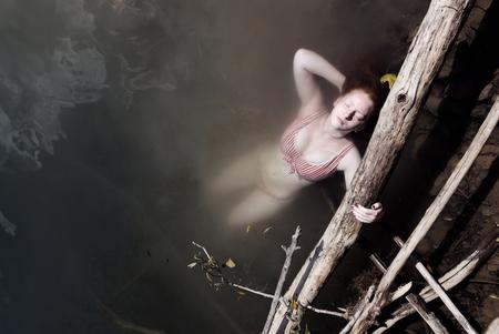 """Italië - La Sirena - La Sirena, vrij vertaalt: """"de Zeemeermin"""".  Genomen aan een Italiaans meer op een mooie zomerse dag. - foto door Krulkoos op 31-08-2020 - deze foto bevat: vrouw, rood, water, vakantie, portret, model, meer, zwemmen, haar, meisje, mooi, beauty, travel, girl, lake, glamour, italie, zeemeermin, knap, bikini, swimming, mode, woman, floating, drijven, italy, lady, elegant, traveling, roodharig, rondreis, holiday, mermaid, leica, elegance, charm, swimsuit, rood haar, Avanta, maurice weststrate, avantareis, dlux, d_lux7"""
