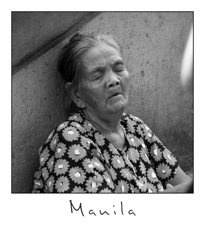 Sleeping Beauty - In de wijk Quiapo is iedereen druk bezig van alles en nog wat te verkopen. Alleen moeten er voor al die dingen ook klanten zijn. Mijn vermoeden is da - foto door lokkjja op 16-07-2009 - deze foto bevat: oud, vrouw, wit, zwart, verkopen, zwartwit, slapen, schoonheid, bejaard, azie, manila, fillipijnen