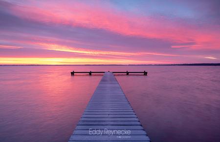 Colorful sunrise - Prachtige kleuren tijdens de zonsopkomst bij het Zuidlaardermeer vanmorgen. - foto door eddy-reynecke op 29-12-2019 - deze foto bevat: lucht, wolken, zon, water, natuur, licht, winter, spiegeling, landschap, tegenlicht, zonsopkomst, meer, pier, zuidlaardermeer, lange sluitertijd