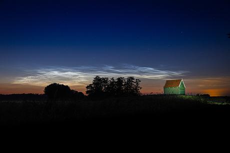 Lichtende nachtwolken op Schokland