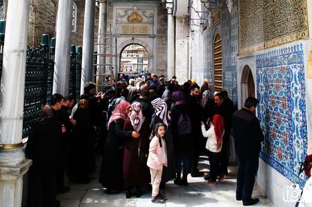 Verveling in de drukte - In de drukte van de Sultan Eyüp - Moskee, kijkt een jong meisje verveeld om haar heen. - foto door izfoto op 09-07-2015 - deze foto bevat: istanbul, islam, moskee. turkije
