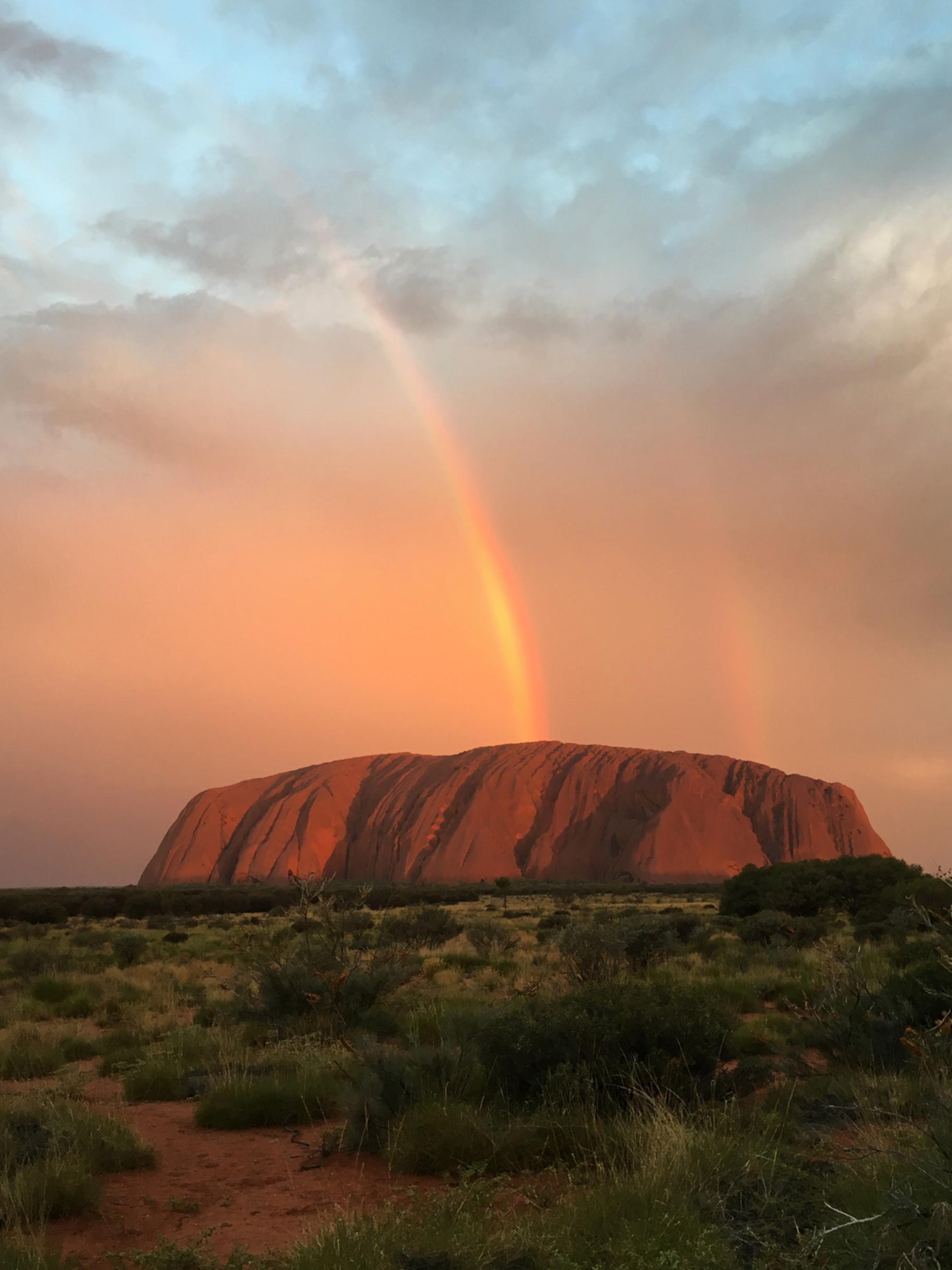 Ayers Rock - Tijdens onze rondreis door Australië zagen we een dubbele regenboog boven Ayers Rock. - foto door LindaBrouwer op 30-06-2017 - deze foto bevat: vakantie, reizen, australie, reisfotografie - Deze foto mag gebruikt worden in een Zoom.nl publicatie