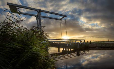 Brug aan de Waver - Geluk gehad afgelopen weekend. Er was regen voorspeld en we kregen dit! - foto door SvanRijmenam op 10-09-2015 - deze foto bevat: lucht, wolken, water, natuur, licht, spiegeling, landschap, tegenlicht, zonsopkomst, brug, rivier