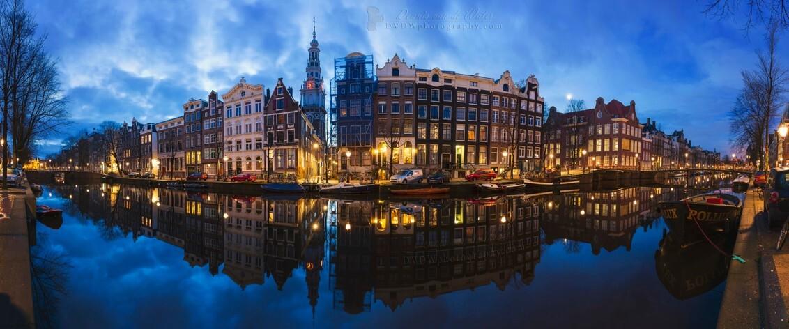 Kloveniersburgwal Amsterdam - Eerste bewerkte foto van 2020 ;)  https://dvdwphotography.com/2020/01/14/first-image-2020/ - foto door dennisvdwater op 14-01-2020 - deze foto bevat: lucht, amsterdam, water, architectuur, reflectie, landschap, gebouw, stad, nacht, perspectief, huis, lange sluitertijd