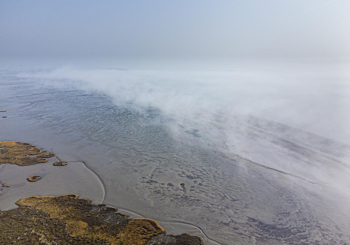 Mist travels on the river - Afgelopen week was ik getuige van een mooi natuurverschijnsel, opkomende mist op de Westerschelde. De mist kwam niet aan land en zeker vanuit de luch - foto door arjovandijk op 06-03-2021 - deze foto bevat: licht, mist, zeeland, westerschelde, drone, arjovandijk
