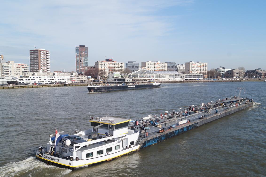 Cargo must get through... - Dag en nacht, de lading moet dóór... - foto door CoonArt op 06-03-2021 - deze foto bevat: zon, zee, water, boot, haven, urban, transport