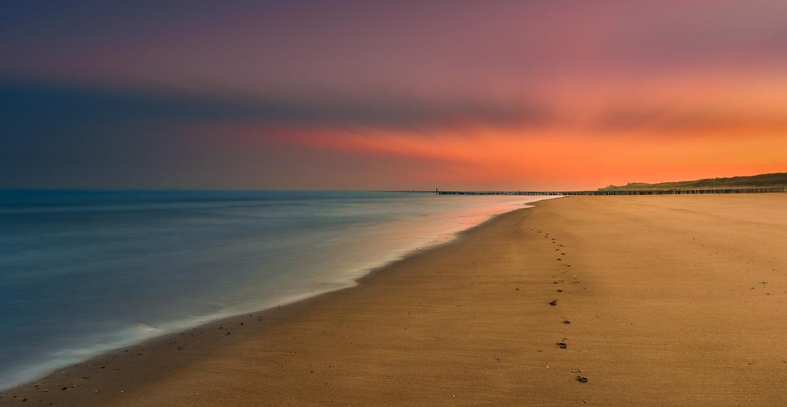 Dissapeared ... - Op een zachte wintermorgen trok ik met twee fotografen naar Zeeland. Vroeg opstaan en zorgen dat je op tijd bent voor de zon die opkomt.   Net toen - foto door marcosdijkos op 13-07-2016 - deze foto bevat: lucht, zon, strand, zee, water, dijk, natuur, licht, le, landschap, duinen, zonsopkomst, zand, zeeland, kust, filter, domburg, filters, nd, lange sluitertijd