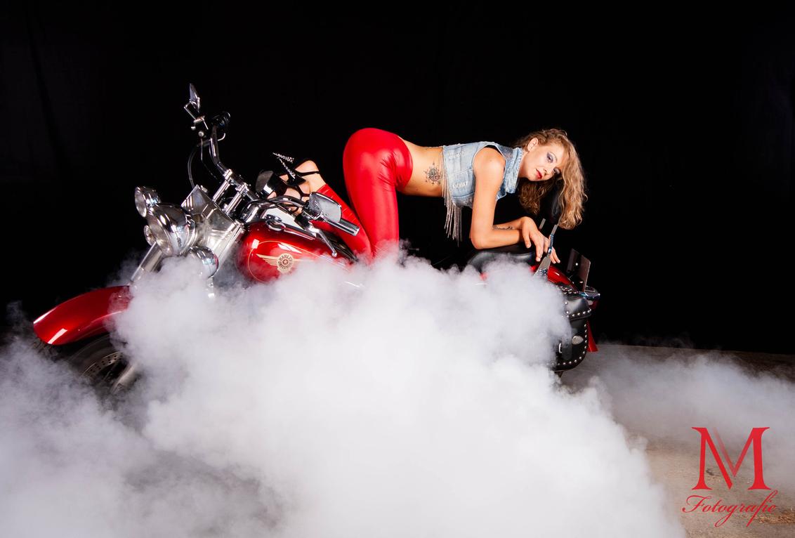 Red... - RED.... model: L.J. - foto door frmike op 13-06-2018 - deze foto bevat: mensen, portret, model, flits, haar, fashion, meisje, rook, beauty, glamour, studio, blond, mode, fotoshoot, flitser, strobist