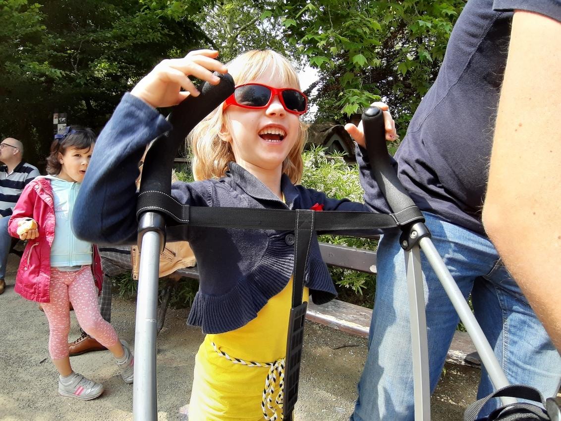 Kindervreugd - Antwerpen Zoo - Kleurrijke foto van mijn nichtje Veria in de dierentuin van Antwerpen (prachtige Zoo overigens!!!). - foto door Krulkoos op 07-06-2019 - deze foto bevat: kleuren, kleur, straat, telefoon, dierentuin, kind, kinderen, lachen, perspectief, meisje, lach, mobiel, fun, antwerpen, kleurrijk, zonnebril, vrolijk, happy, straatfotografie, zoo, vreugde, groothoek, kinderwagen, nichtje, blij, groothoeklens, samsung, a7, blijdschap, zonnenbril, vrolijkheid, Antwerpen Zoo, wide angle, Veria, maurice weststrate