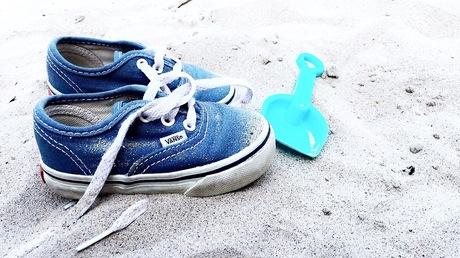 Mini schoentjes in de zandbak