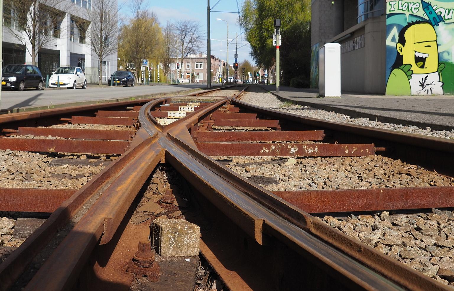 Het Spoor - Rondje DenHaag - foto door pietsnoeier op 14-04-2021 - locatie: Den Haag, Nederland - deze foto bevat: landvoertuig, voertuig, infrastructuur, hout, track, wiel, spoorweg, vervoermiddel, rollend materieel, boom