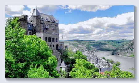 Voorjaar aan de Rijn 2 - Burg(hotel) Schönburg boven Oberwesel, een prachtig lang gerekt haast nog Middeleeuws aandoend stadje langs de Midden-Rijn. Het stadje bezit nog alti - foto door ariebouwmeester op 27-03-2016 - deze foto bevat: lente, kasteel, landschap, rivier, rijn, oberwesel