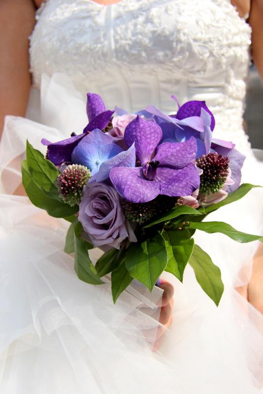 Het bruidsboeket - Bruid houdt haar paars kleurige boeket vast tijdens haar trouwdag - foto door robinvanstraaten op 24-08-2013 - deze foto bevat: paars, trouwen, boeket, bloemen, bruid, trouwerij, bruidsboeket, trouwdag