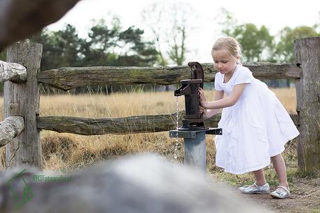 Het meisje bij de waterpomp