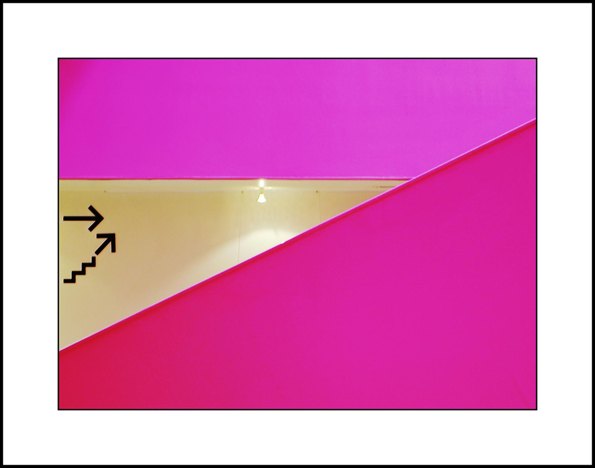 Agora 5 - Had ik al gezegd dat het behoorlijk roze gekleurd is in het Agora theater in Lelystad?........gr Gerard en dank voor jullie reacties - foto door gerard28 op 24-05-2011 - deze foto bevat: roze, lijnen, lelystad, agora