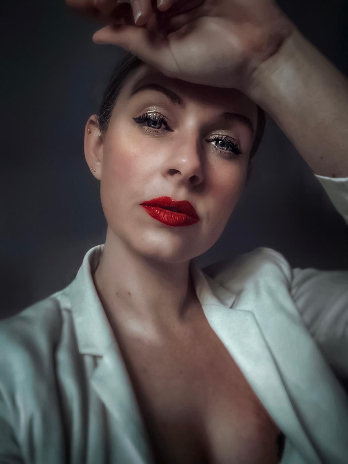 Vandaag is rood - - - foto door Ogenblikfoto op 03-03-2021 - deze foto bevat: vrouw, kleur, licht, portret, schaduw, zelfportret, daglicht, ogen, emotie, blond, lippenstift, Selfie
