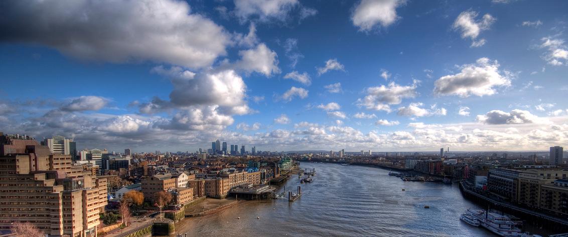 London View from Tower Bridge - Dit is een foto gemaakt vanaf de Tower Bridge in london, je ziet hier mooi Canary Wharf liggen en de heuvel van Greenwhich. Dit is wederom een HDR o - foto door dannycoolen op 11-04-2009 - deze foto bevat: londen, tower, bridge, canary, wharf
