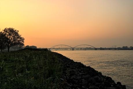 Merwedebrug bij zonsondergang