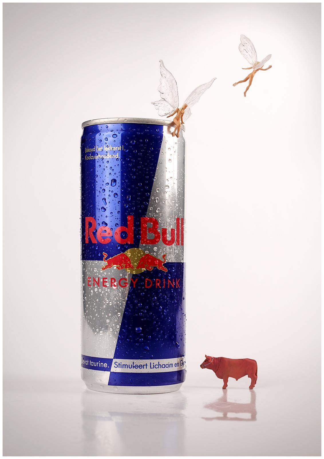 ...geeft je vleugels - redbull geeft je vleugels. - foto door remkokillaars op 14-01-2013 - deze foto bevat: miniatuur, vleugels, drank, reclame, stier, studio, mini, elfje, verpakking, blikje, redbull, drink, tabletop, energydrink, figuurtjes, slogan, preiser