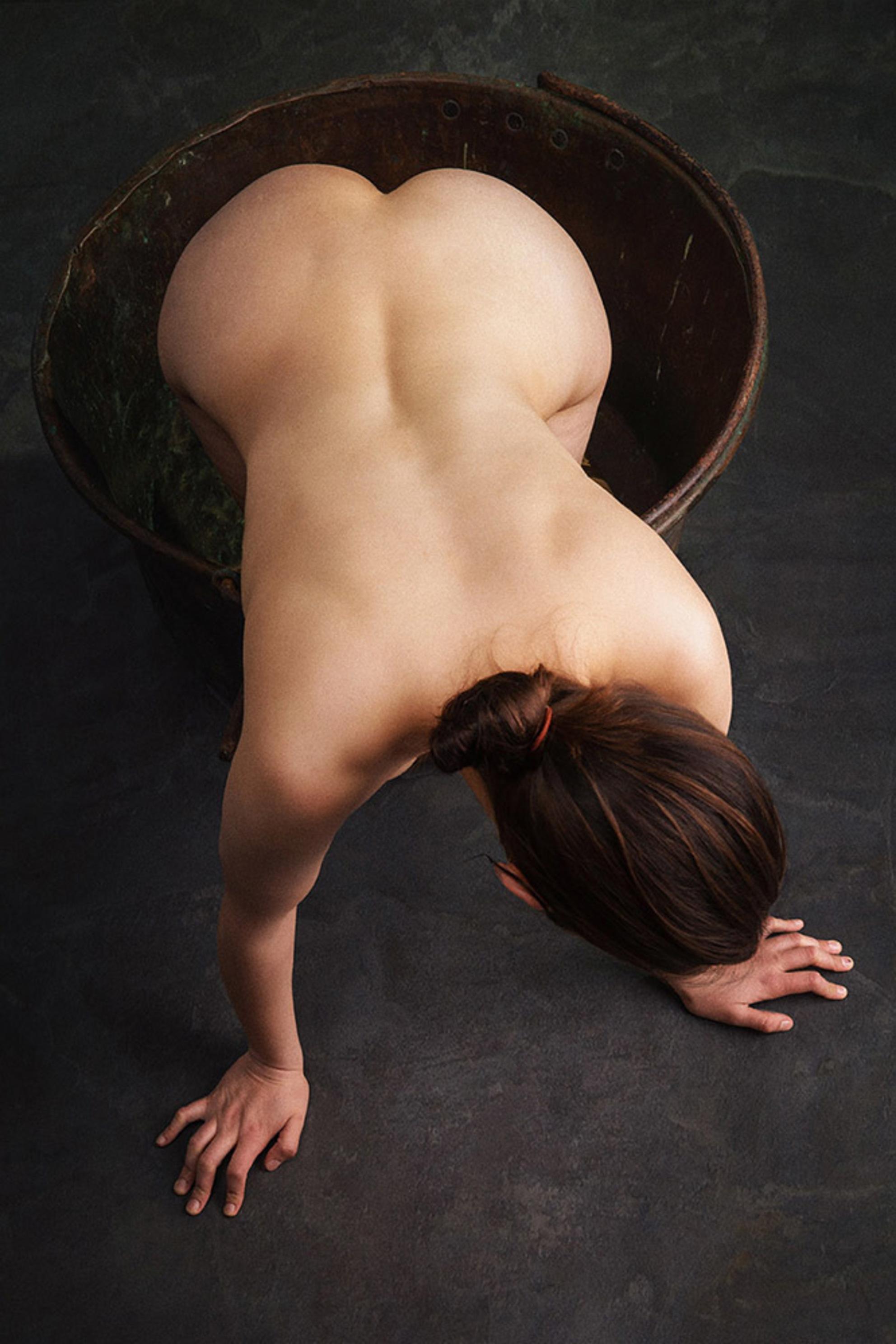 female - Lois - foto door jhslotboom op 29-07-2019 - deze foto bevat: vrouw, model, erotiek, nude, naakt, pose, studio, klassiek, ketel, pot, artistiek, female, vrouwelijk, koperen