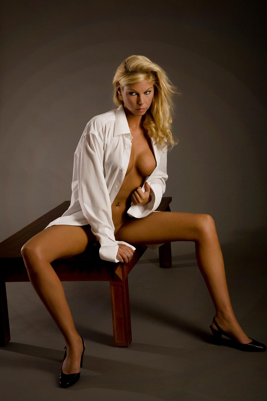 The beauty of a Woman - vrouwelijke schoonheid... - foto door boldy_zoom op 19-10-2008 - deze foto bevat: donker, handen, wind, erotiek, mooi, naakt, jong, schoonheid, blond, nagels, lichaam, borsten, doek, bloot, tepel, sexy, verlangen, onschuld