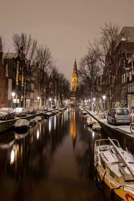 Groenburgwal en Zuiderkerktoren in de sneeuw, Amsterdam