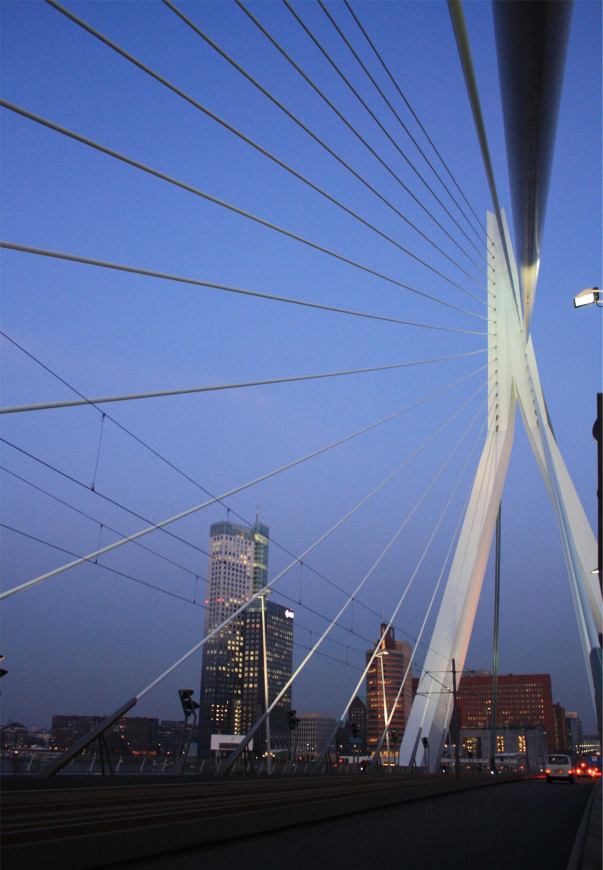 Daar waar lijnen elkaar kruisen - Een lijnvolle foto genomen vanaf de Erasmusbrug bij schemering. - foto door anneliefsje op 29-06-2011 - deze foto bevat: rotterdam, lijnen, structuur, zonsondergang, architectuur, star, sfeer, schemering, strak
