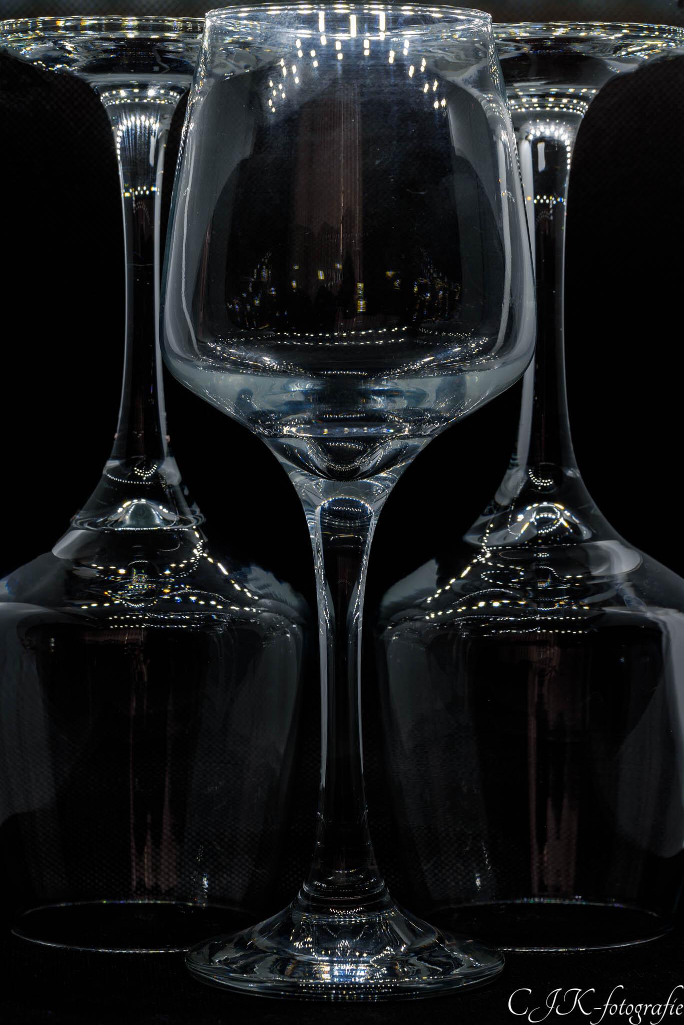 Spelen met symmetrie - 3 wijnglazen in een box gezet en geprobeerd deze symmetrisch en met een macro lens te fotograferen - foto door ChrisKruisheer op 10-04-2021 - deze foto bevat: serviesgoed, glaswerk, drinkwaren, wijnglas, zwart, barbenodigdheden, serveware, materiële eigenschap, champagne-glaswerk, glas