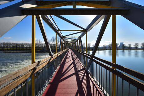 Fietsbrug over de stuw in de Maas.