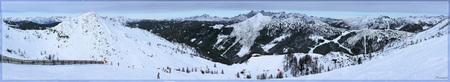 Zauchensee 4 - Dit is een panorama vanaf de rode piste Nr 6. We bevinden ons net voor de splitsing die naar de rode 5 leidt richting Flachauwinkl. Wij willen rechts - foto door kosmopol op 19-02-2010 - deze foto bevat: sneeuw, winter, ski, hut