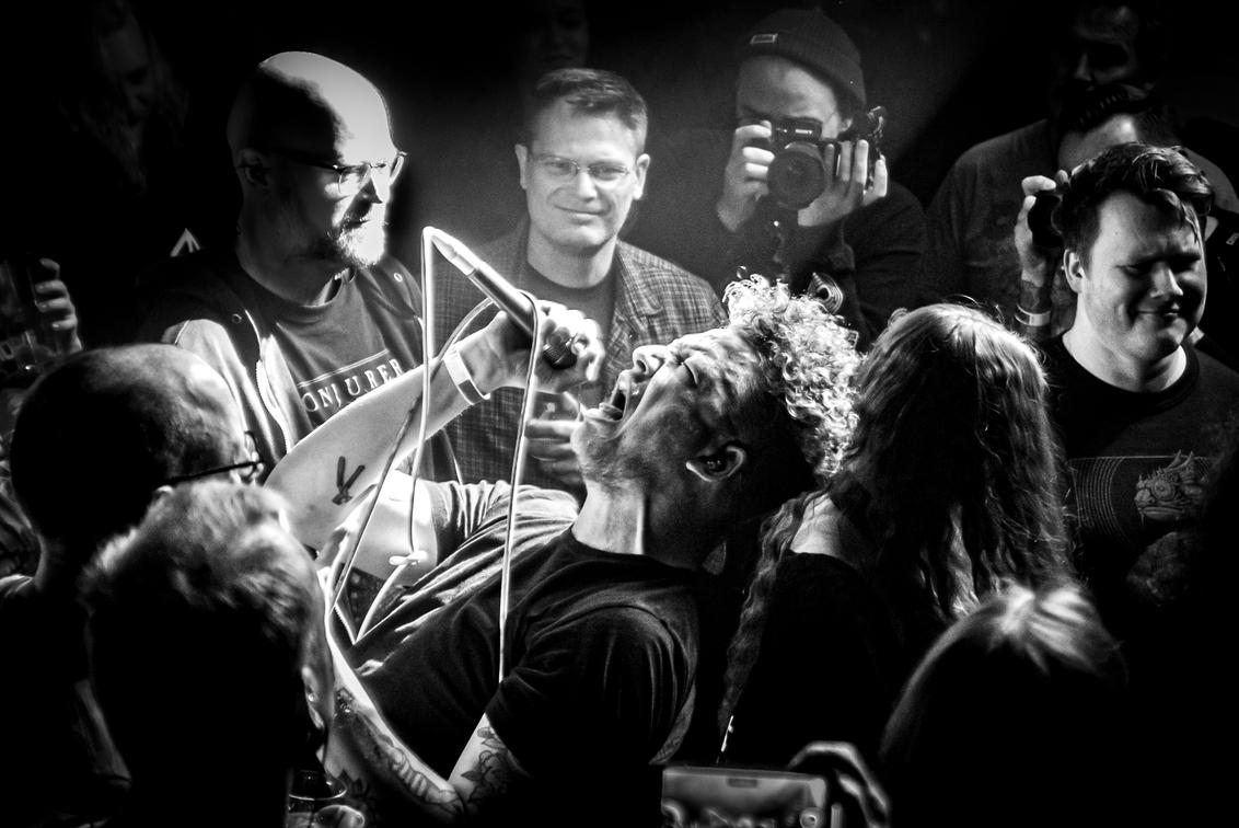 Cold night for Alligators - Complexity festival - JvH013Photo-1 - Dit is Cold Night for Alligators en deze foto maakte ik tijdens het Complexity Festival in Haarlem. De emotie en brute kracht die uit deze foto stroo - foto door JvHClickz op 25-02-2020 - deze foto bevat: licht, artiest, muziek, optreden, concert, zingen, band, muzikant, geluid, kracht, rock, zwartwit, emotie, feest, live, concertfotografie, publiek, zanger, microfoon
