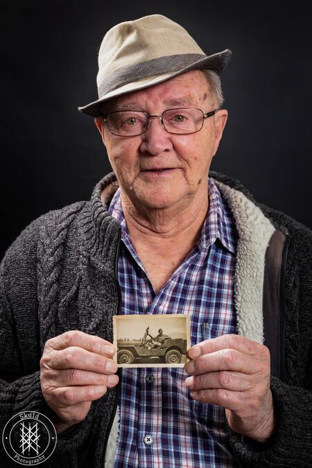 Indië veteraan vertelt - Hoewel hij al jaren in de achterhoek woont, vertelde dhr. Brokke zijn verhaal met een  sluimerend Amsterdams accent.  In de periode 1948-1951 kwam h - foto door Skuld op 26-02-2021 - deze foto bevat: portret, veteraan, emotie, studio, fotoshoot, 50mm