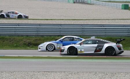 Porsche GT3 vs Audi R8 - Duel tussen 2 gave raceauto's tijdens de ADAC GT Masters - foto door Samson87 op 11-05-2009 - deze foto bevat: truck, audi, tt, porsche, assen, gp, adac