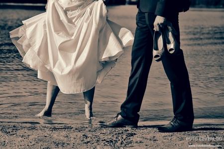 barefoot - Na een hele dag lopen op hoge hakken was dit bruidje erg blij toen ik voorzichtig vroeg of ze in het water wilde stappen - foto door FotoBeverloo op 10-11-2013 - deze foto bevat: water, voeten, schoenen, huwelijk, blote voeten, trouwfotos, Foto Beverloo