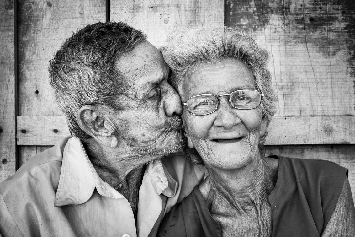 Eternal Love (zww) - Geweldig mooi bejaard stel wat ik ontmoette in Trinidad Cuba. Laat zien waar arm ook rijk kan zijn - foto door willemku_zoom op 24-04-2019 - deze foto bevat: oud, man, vrouw, mensen, straat, straatfotografie, echtpaar