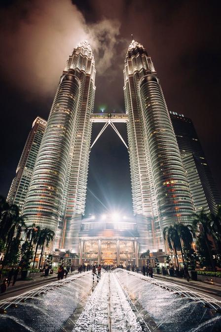 Petronas Towers Kuala Lumpur - Ik woon momenteel in Kuala Lumpur (voor waarschijnlijk een half jaar) en ik kom graag bij deze hoogste twintowers ter wereld. Binnenkort maar eens om - foto door RoelR op 30-10-2014 - deze foto bevat: architectuur, twin, petronas, maleisie, towers, Kuala Lumpur