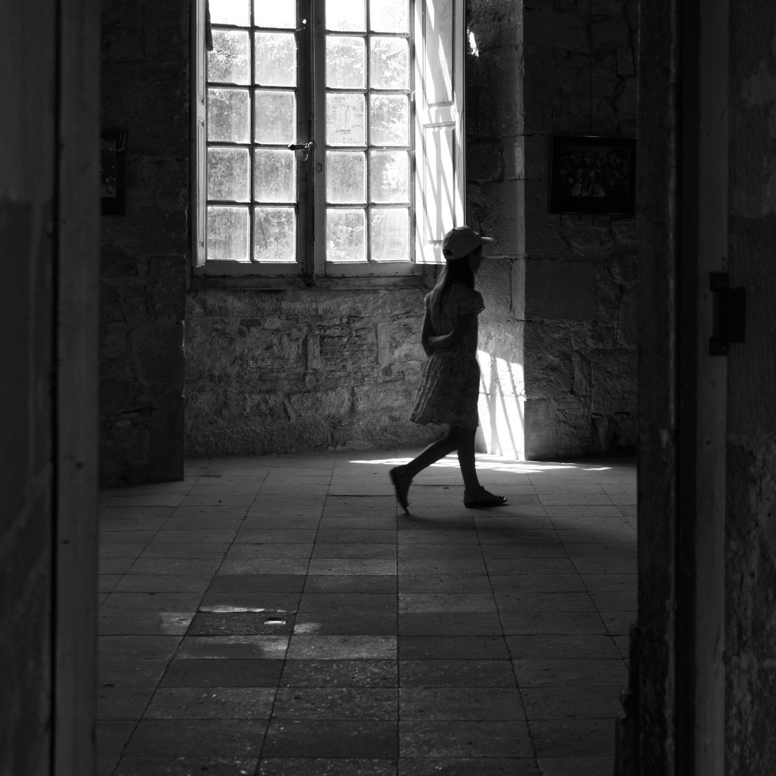 backlit girl with cap - - - foto door janvandycke op 28-10-2020 - deze foto bevat: licht, schaduw, tegenlicht, meisje, zwartwit