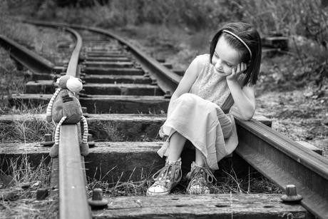 meisje op het spoor