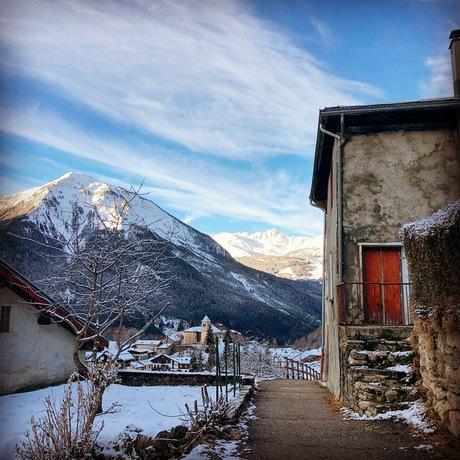 Vroege winterochtend in de Franse Alpen