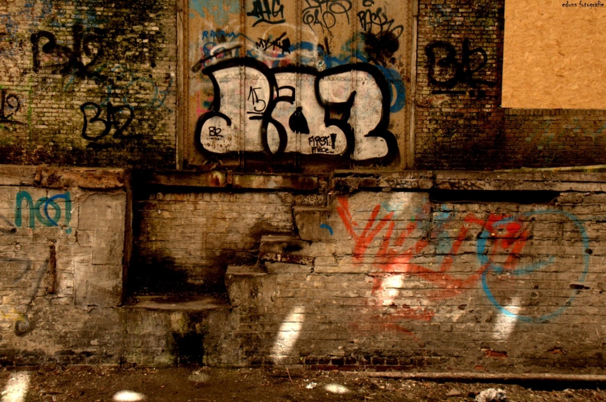 Trapje. - Opgepimpt met grafitty. - foto door edu-1 op 31-05-2016 - deze foto bevat: architectuur, belgie, verlaten, trapje, urbex, remise, urban exploring - Deze foto mag gebruikt worden in een Zoom.nl publicatie