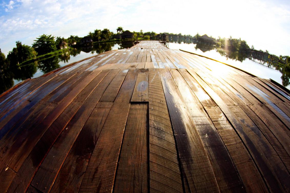 Walk the plank - Zat hier even bij te komen in mijn rondreis door Cuba. Dit is het moerras van Cienaga de Zapapta - foto door MaasJan82 op 13-01-2013 - deze foto bevat: cuba, water, vakantie, fisheye, vlonder, Cienaga, Zapapta, moerras